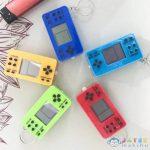Mini Kézi Játékkonzol Kulcstartó Több Változatban (Magic Toys, MKL046940)